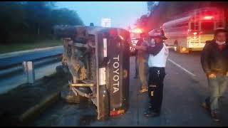 Conductor de un pickup perdió el control y volcó; el sueño fue la causa del accidente