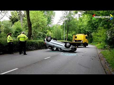 Auto ramt boom en belandt op zijn kop op Noordsingel Leidschendam photo