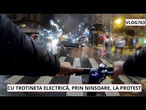 CU TROTINETA ELECTRICĂ, PRIN NINSOARE, LA PROTEST
