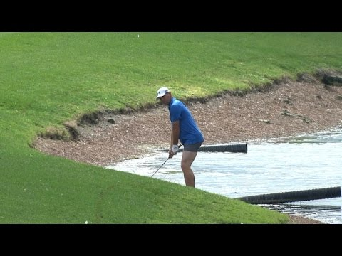 Gary Woodland strips down on No. 6 at The Honda Classic