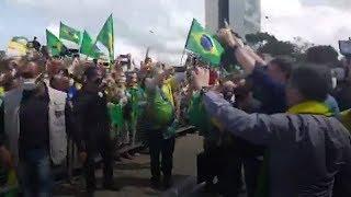 Bolsonaro participa, sin barbijo, de protesta contra la corte frente a la casa de gobierno