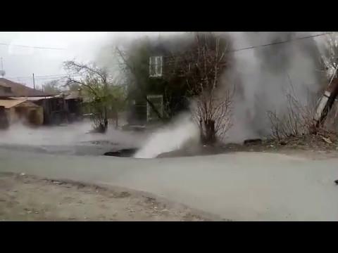 Фонтан горячей воды в Томске выбил окна в жилом доме