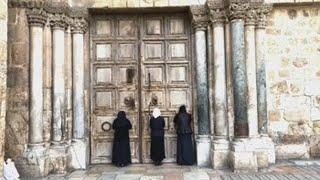 Silencio entre rezos: así es la vida religiosa en un Santo Sepulcro confinado