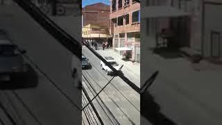 Policias tratan de errar carnicería en El Alto y los vecinos los hacen escapar