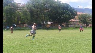 Hombres juegan fútbol vestidos de mujeres en Cochabamba