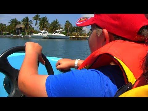 Léo pilote un bateau dans la mangrove de Varadero