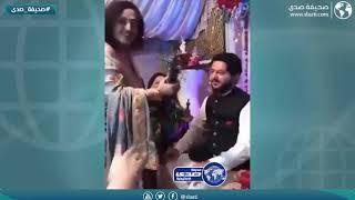 أم تهدي ابنها سلاح ناري في حفل زفافه