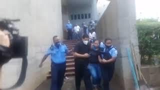 Policía orteguista detiene a una señora en la Catedral de Managua