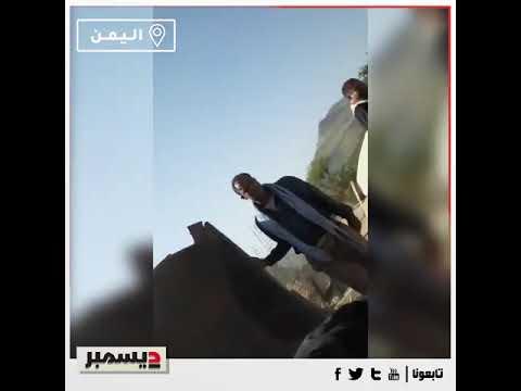 وسط عويل النساء... الحوثيون يعتدون على رجل مسن سبق وقُتل نجله في صفوفهم