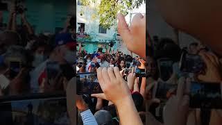 Momento en que Díaz-Canel se sumó a la concentración de jóvenes en La Habana, Cuba