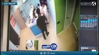 رجل عصبي يضرب ممرضة