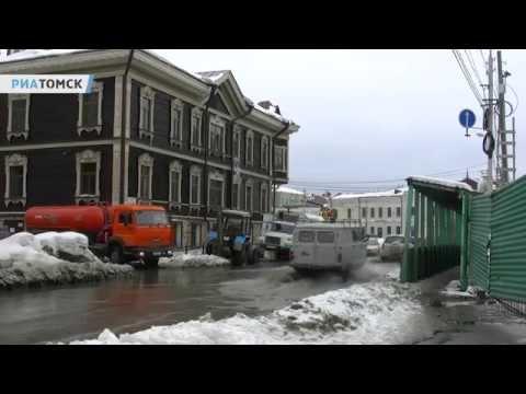 Вода из прорвавшейся трубы залила часть переулка Батенькова