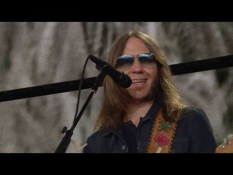 Blackberry Smoke - Ain't Much Left of Me (and Three Little Birds) (Live at Farm Aid 2017)