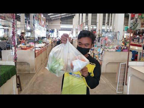 วัยรุ่นกัมพูชาซื้อกับข้าวไปเลี