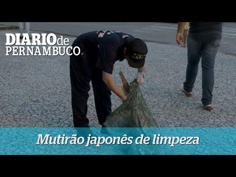 Marinheiros japoneses fazem limpeza nas ruas do Recife