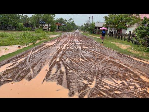 ถนนชนบทของลาว-ช่วงหน้าฝน-จะเป็