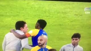 لاعبي النصر في جدال مع حكم المباراة بعد نهاية اللقاء
