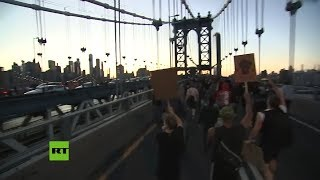 Manifestantes marchan por el puente de Manhattan durante las protestas por la muerte de George Floyd