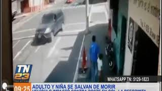 Un adulto y un niña se salvar de ser impactados por un vehículo en La Reformita