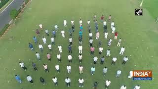 Odisha Governor Ganeshi Lal, CM Patnaik sing Bande Utkala Janani to encourage COVID-19 warriors - INDIATV