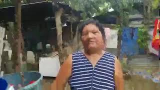 visitando a dona Santos y entregando el celular para que su hija haga tareas