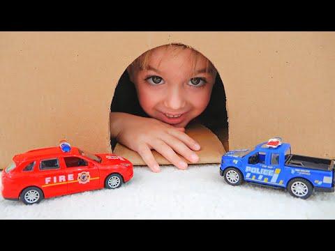 นิกิเล่นกับรถของเล่นและช่วยตำร