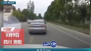 امرأة تحاول صدم زوجها بالسيارة بعد ان كان برفقة امرأة آخرى