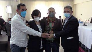 La familia del doctor Enrique Santiago Araujo recoge el premio