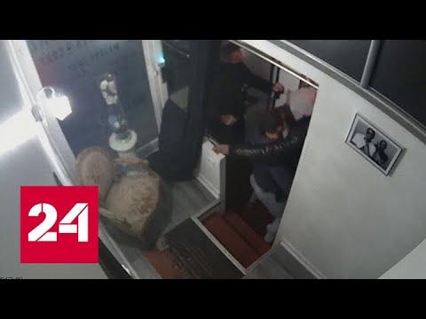 В Париже арестовали полицейских, жестоко избивших темнокожего музыканта