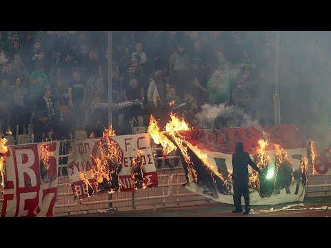 شاهد: الجماهير تقتحم ملعب أوكا وتهاجم اللاعبين في ديربي أثينا…