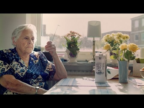 Märtha Svensson (96) tries old-fashioned oat drink for the first time