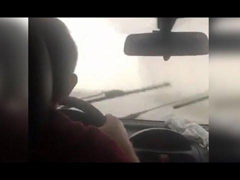 Seyir halindeki otomobile yıldırım düştü! Olay anı cep telefonu kamerasına anbean yansıdı