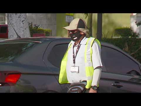 Don José Leandro quedó desempleado a sus 60 años y tuvo que salir a cuidar carros
