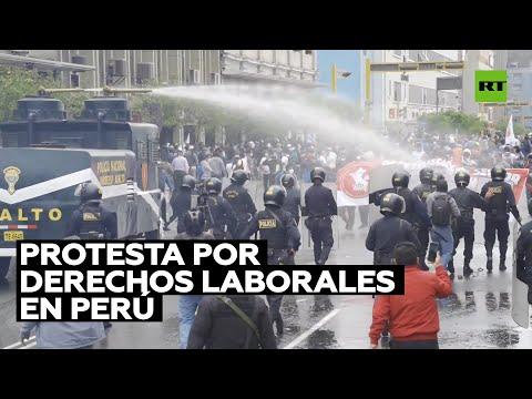 Policía usa cañones de agua contra una protesta por derechos laborales en Perú