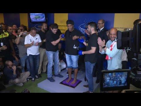شاهد: رونالدينيو يخلد بصمة قدميه في قاعة المشاهير في ماراكانا…