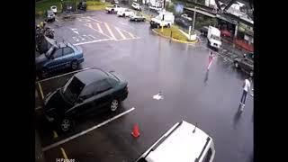 مشهد صادم لعربة طفل صغير تنجرف نحو سيارات