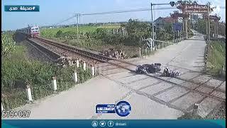 شاهد نجاة شاب من موت محقق تحت سكة القطار