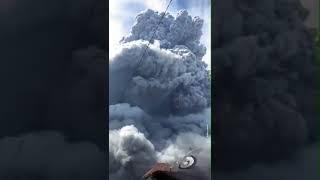 سحابة ضخمة من الدخان تظهر في اندونيسيا بسبب بركان