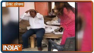 BJP नेता और टिकटॉक स्टार Sonali Phogat ने मार्केट कमेटी के सचिव को चप्पल से पीटा - INDIATV