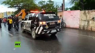 ???? Policías en huelga disparan balas de goma a un senador brasileño durante una protesta