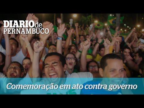 Manifestantes contra governo Dilma comemoram vota��o do Congresso