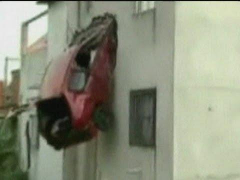 حادثة سيارة تثبت فى الدور الثاني