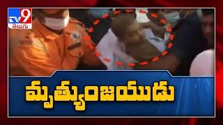 Uttar Pradesh : బోరుబావిలో పడిన చిన్నారిని సురక్షితంగా  బయటకు తీసిన NDRF సిబ్బంది -  TV9 - TV9