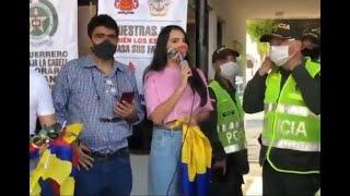 Natalia Bedoya, la contratista del Centro Demoratico, con la Policía Nacional.