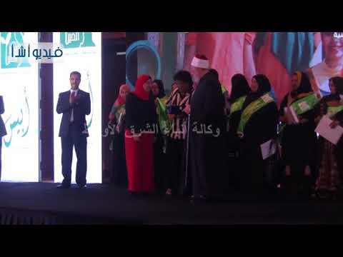 """بالفيديو: """" مصر الخير""""  تكرم سهير العوضي مدير برنامج الغارمين بالمؤسسة أما مثالية"""