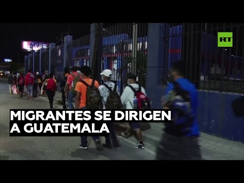Cientos de migrantes se desplazan a través de Honduras hacia Guatemala