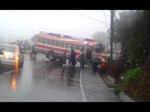 Bus empotrado afecta la circulación en la ruta Interamericana