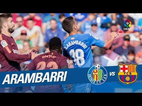 Disparo de Arambarri que se estrella en el palo tras el toque de Sergi Roberto