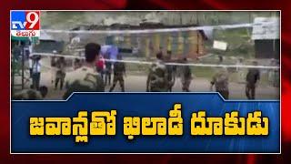 Akshay Kumar meets BSF jawans guarding the LoC, pays homage to fallen braves -TV9 - TV9