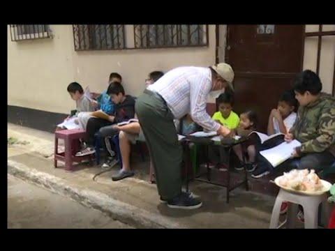 Maestro sin empleo se gana la vida en la calle
